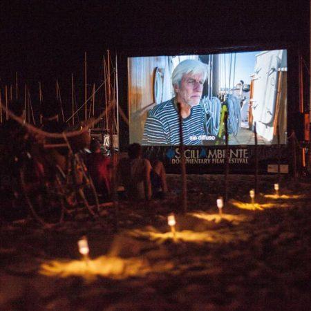 schermo gonfiabile per il cinema in spiaggia